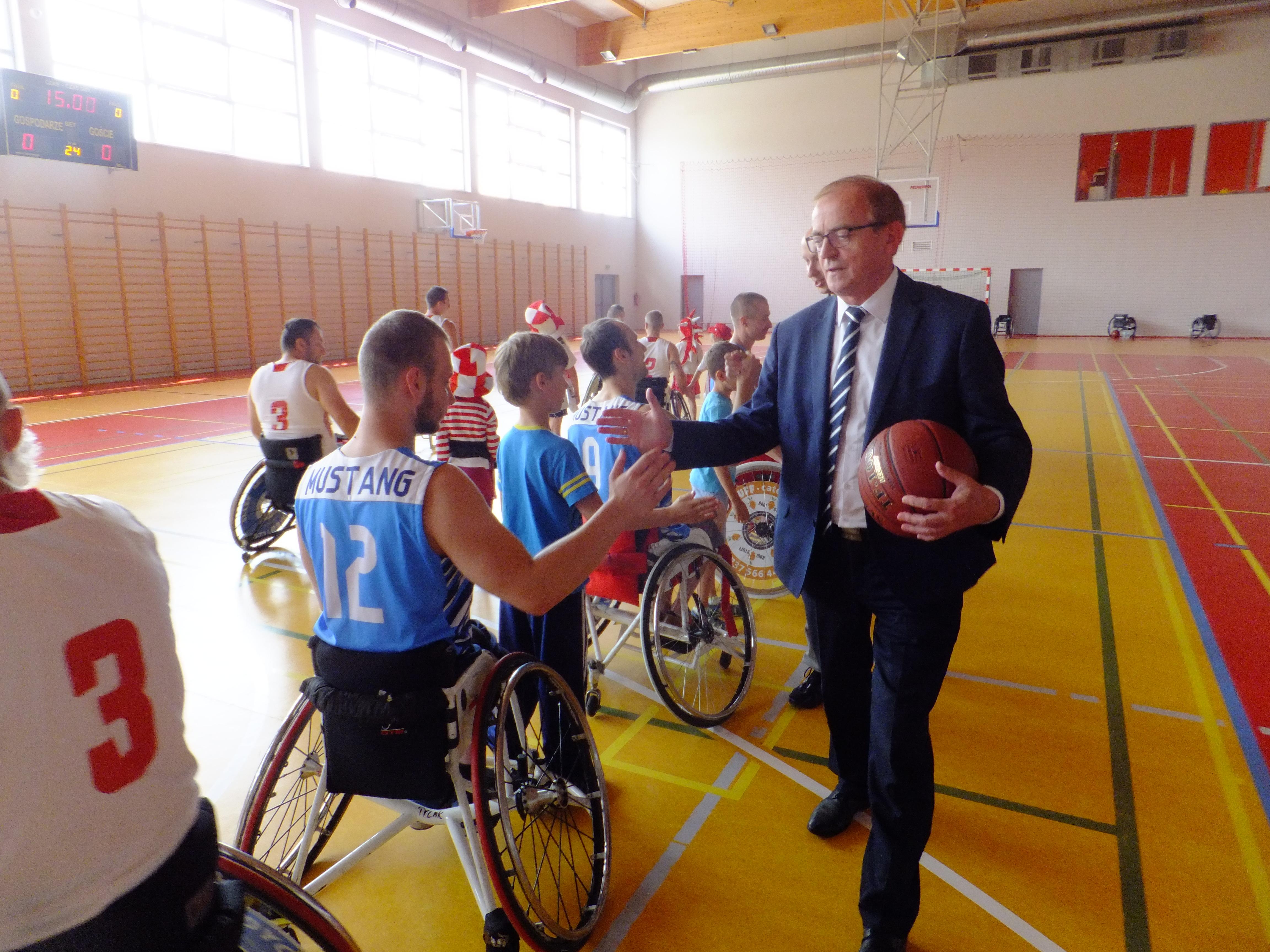 Pokaz koszykówki na wózkach w Imielinie